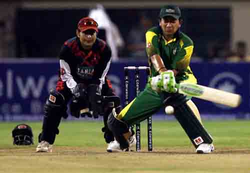 Hasan Raza brings out the reverse sweep during his 48, Kolkata Tigers v Lahore Badshahs,