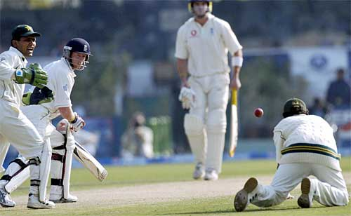 Hasan Raza can't hold on and Paul Collingwood gets a life, Pakistan v England, 3rd Test, Lahore,
