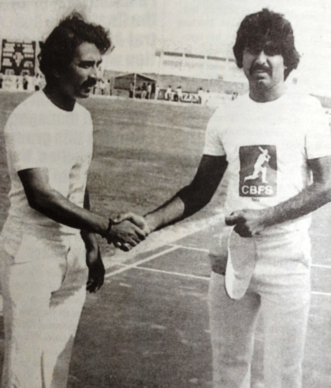 Sunil Gavaskar and Javed Miandad at the toss at Sharjah first friendly in 1981