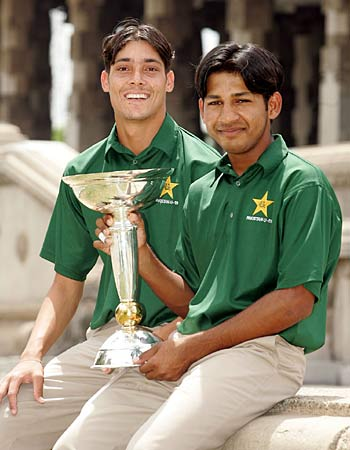 Sarfraz Ahmad and Anwar Ali with the Trophy